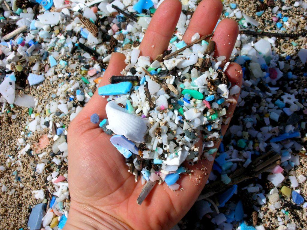 Plastiques sur une plage. Source : 5Gyres.