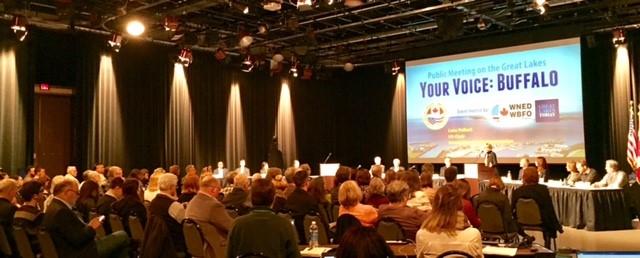 Lana Pollack, présidente de la section américaine de la CMI, accueille les participants à l'assemblée publique qui s'est déroulée à Buffalo