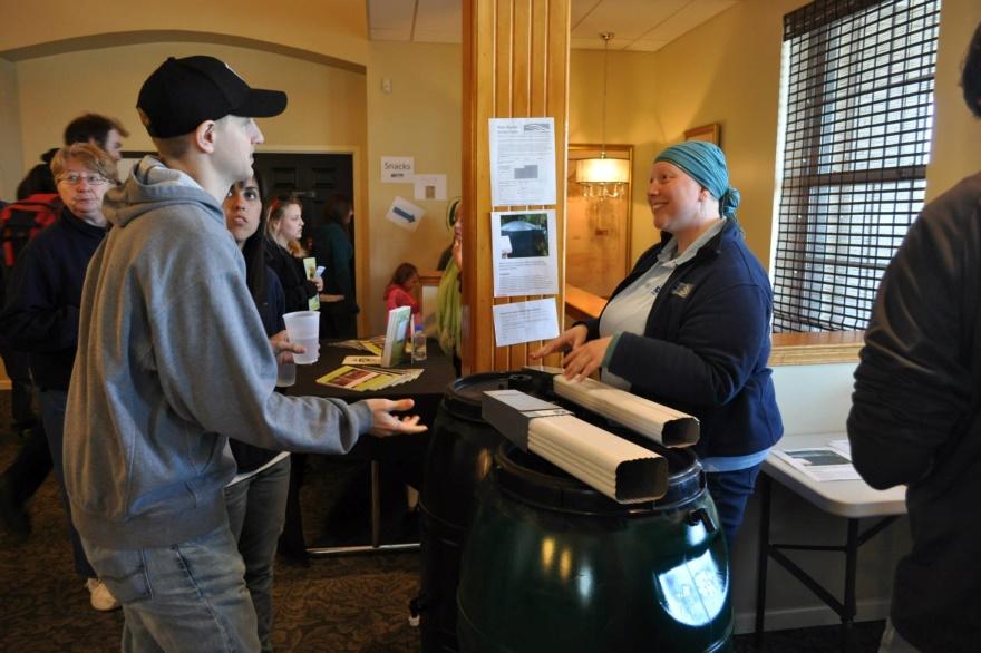 Membre du personnel de Riverkeeper expliquant ce qu'est un programme de citernes pluviales à des bénévoles de la corvée de nettoyage des rives (Shoreline Sweep). Photo : Buffalo Niagara Riverkeeper