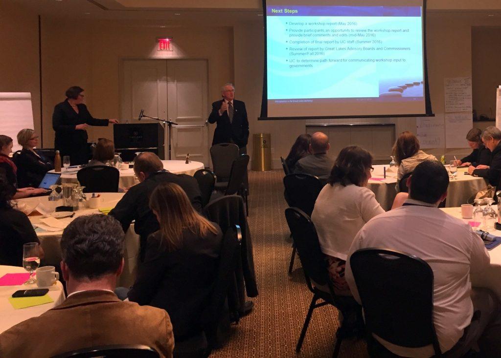 Gordon Walker (au centre), président canadien de la CMI, aborde les prochaines étapes avec les participants de l'atelier. Source : archives de la CMI.