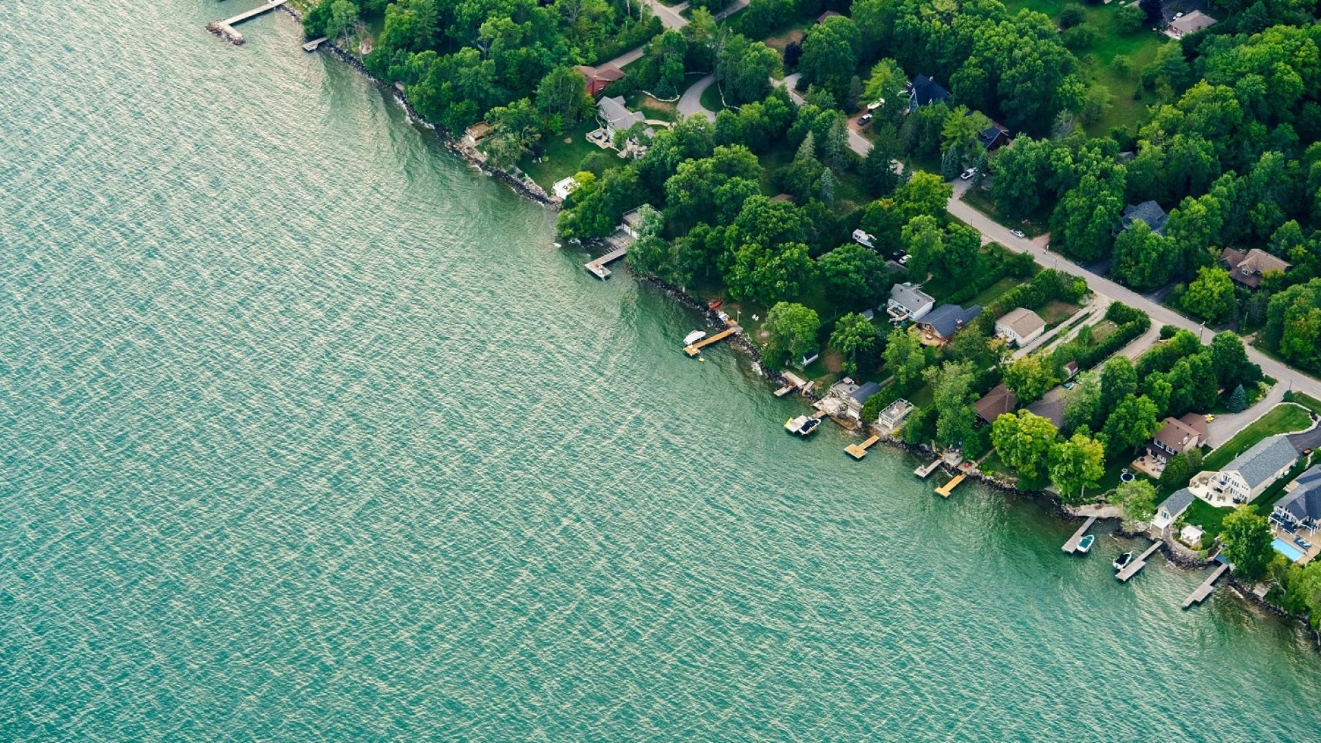 Image of shoreline of Lake Ontario near Toronto, Ontario